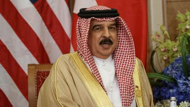 """صورة ملك البحرين يُسير أول سفينة شحن إلى كيان الإحتلال بأوامر من ابن زايد ومهرجان """"خلع السراويل"""" مستمر"""