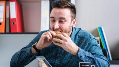 صورة صحة | ماذا يحصل في الجسم عند تناول الطعام بسرعة؟