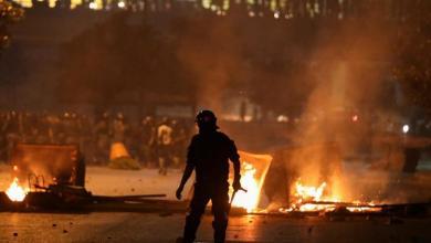 صورة تواصل الاحتجاجات واغلاق للطرقات في لبنان بسبب تردي الأوضاع المعيشية وارتفاع سعر صرف الدولار مقابل الليرة