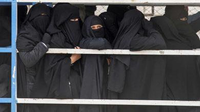 """صورة من التطرف والإرهاب… أخطر نساء """"داعش"""" يرتدين الجينز في مخيم شمالي سوريا"""