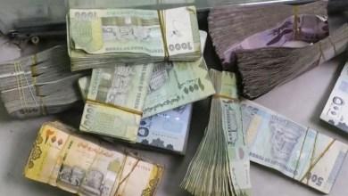 صورة استمرار انهيار العملة في المناطق المحتلة في ظل الطباعة النقدية المتكررة من قبل المرتزقة