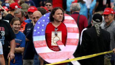 """صورة حركة """"Q. Unknown""""أمريكية يمينة  تدعم ترمب وتحذر من الماسونية"""