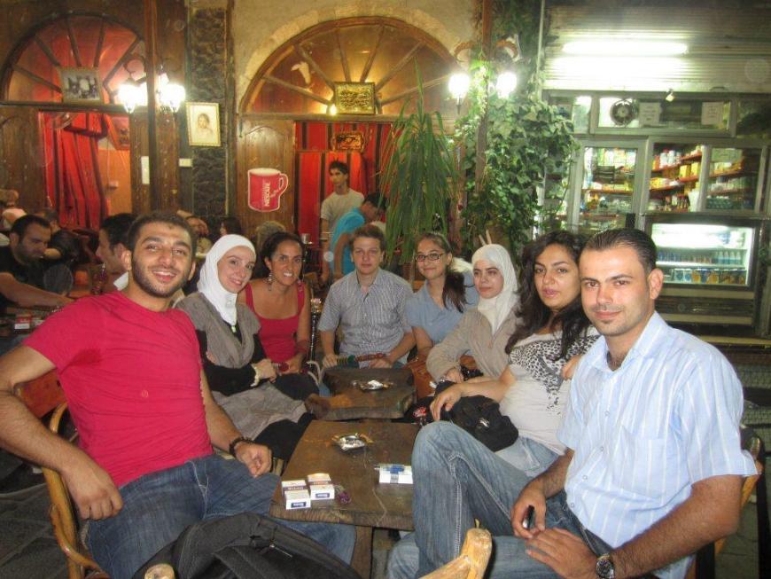 Tomando un café con mis alumnos en Salhiye, las distintas religiones siempre están presentes en el Medio Oriente