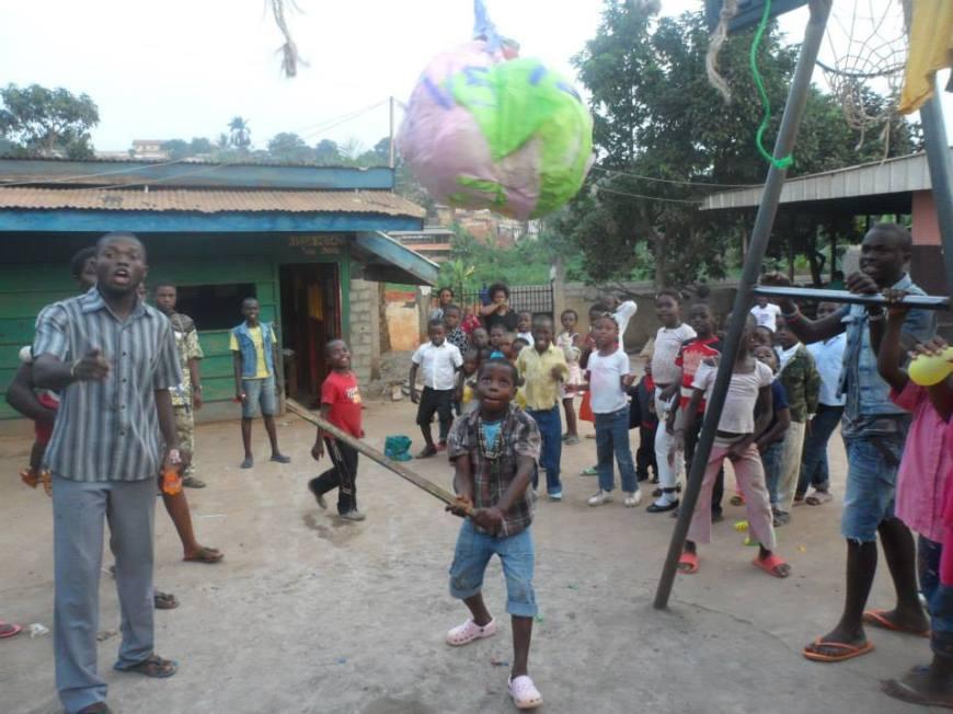 Los niños de la Fundación formados para pegarle a la piñata en una fiesta que tuvimos.