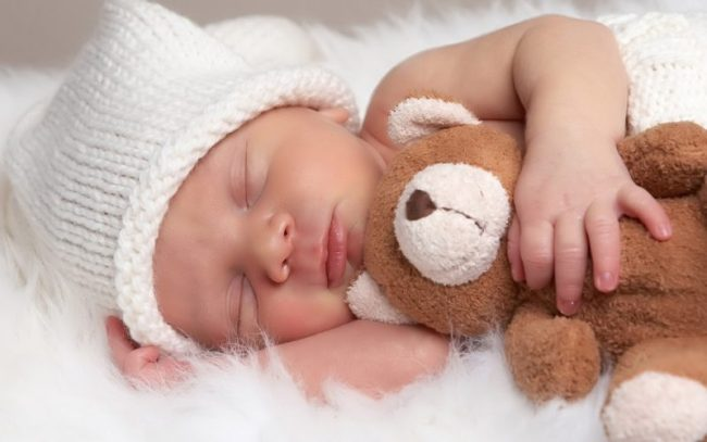 bebelus copilas nou nascut