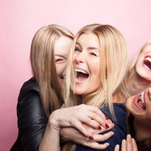 Gruppe junger Frauen macht Partyfoto