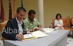 Santiago Cabañero firma convenio con Paco Nobleja, AFAEM, Enfedades mentales en Villarrobledo