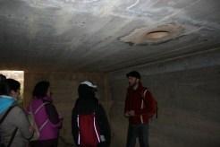 Enrique Gil en el interior de un búnker en una de las visitas guiadas que organiza.
