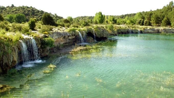 """Colillas, toallitas y envases, la """"basuraleza"""" que se acumula en ríos y lagunas, también en Albacete"""