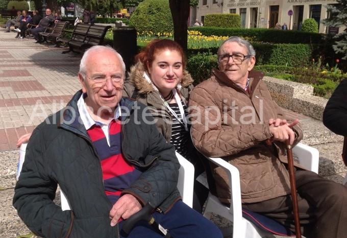 Gloria Salvador con otros dos pacientes de parkinson.