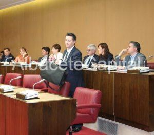 Instante en el que el concejal no adscrito, Pedro Soriano, se disponía a abandonar la sesión plenaria.
