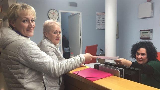 Inmigrantes solicitando tarjeta sanitaria. Foto: wwww.eldiario.es/clm