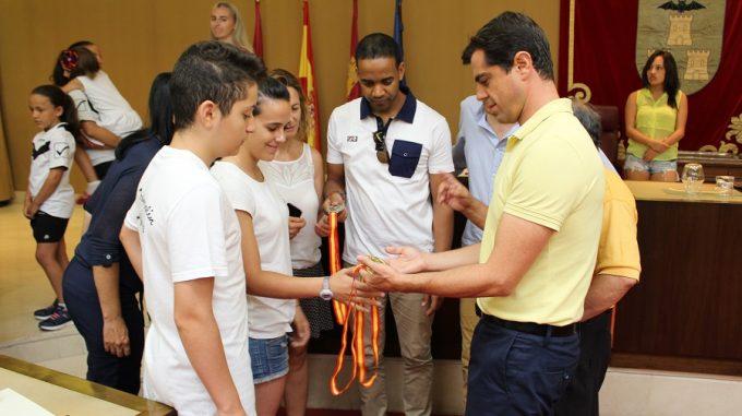 Foto. Javier Cuenca agradece a los integrantes del Club Trampolín de Albacete su compromiso con los valores que transmite el mundo del deporte. 130716