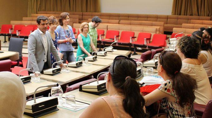 Foto. Javier Cuenca entrega los diplomas del curso de formación del Centro de la Mujer. 040716