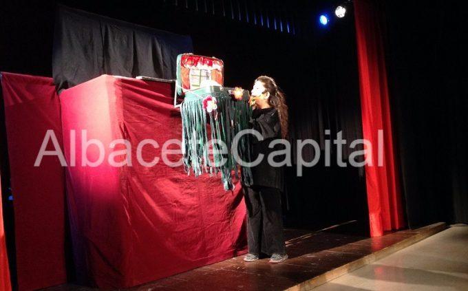 """Títeres Barrilete representando """"MI AMOR ES UN COLADOR"""" en el Teatrillo del Teatro Circo, esta mañana."""