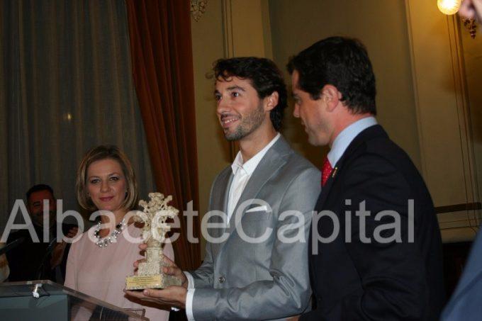 Esteban Berlanga, con la réplica de la Cruz de Término de Albacete en la mano.