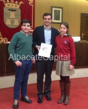 Sara y Mateo han entregado el pasaporte de acogida al alcalde de Albacete.