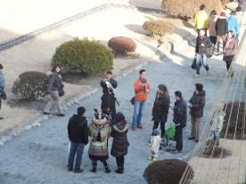 Pengunjung berfoto dg samurai