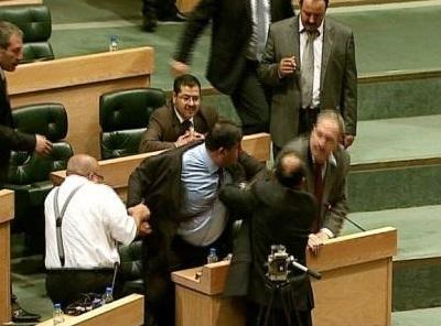 """اشتباكات في مجلس النواب الأردني وتراشق بـ """"الأحذية"""""""