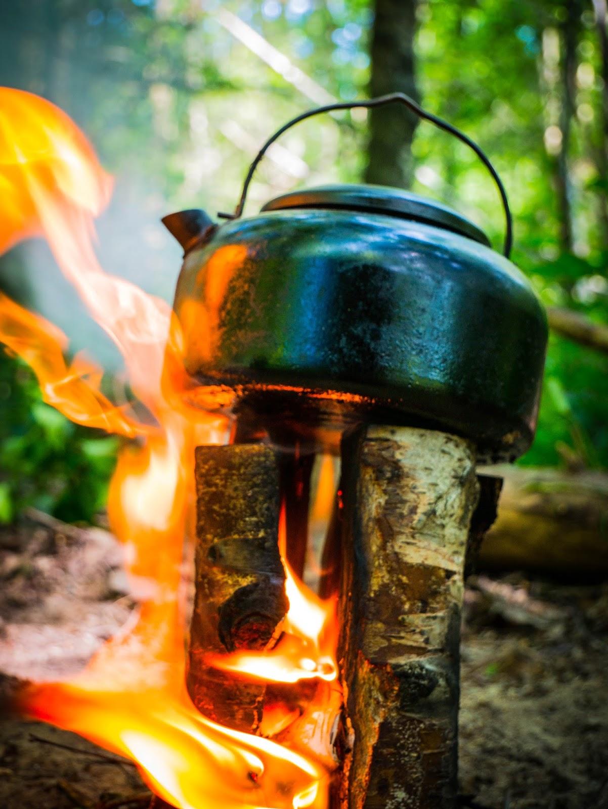 Fabriquer une torche suédoise en forêt
