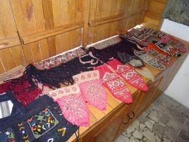 Des chaussettes traditionnelles exposées dans le Musée ethnographique de Puka.