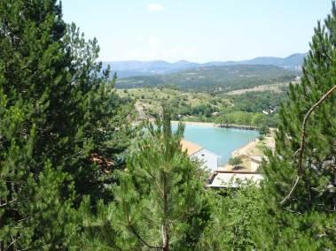Le lac mineur vu de la forêt de Puka.