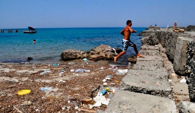 Albania's Beaches Dirtiest in Europe, Report Says
