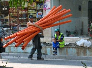 Viel Bautätigkeit, flessiger Bauarbeiter