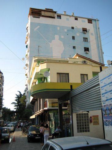 Farbenfroh bemalte Hausfaden finden sich in ganz Albanien