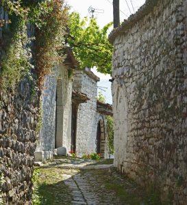 Gasse in der Burg von Berat (Albanien)