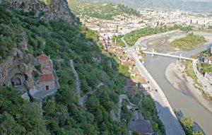 Michaelskirche hoch über Osum in Berat