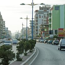 Hauptstrasse in Durrës Plazh