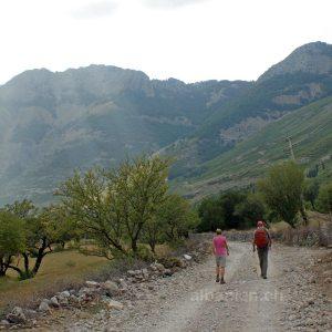 Wanderer bei Boga auf der Straße von Boga nach Theth