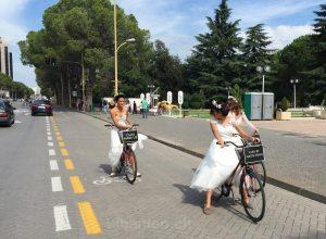 Bräute auf Velos in Tirana