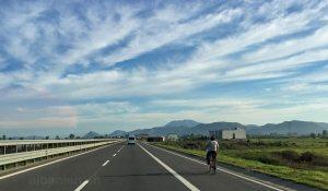 Autobahn mit Fahrradfahrer in Albanien