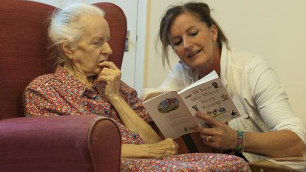 A-volunteer-from-the-Kissing-it-Better-charity-read-poems-on-October-29-2013-to-a-resident-of-a-retirement-home-in-Stratford-AFP[1]