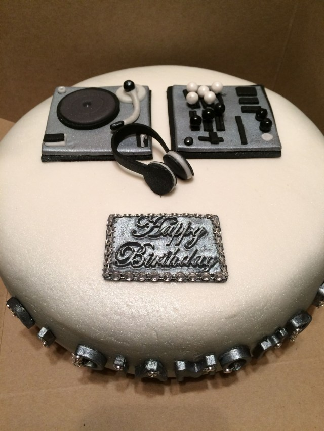 Dj Birthday Cake Cakes Debbie Pattclarendon Cheesecakes Dj Cake Red Velvet With