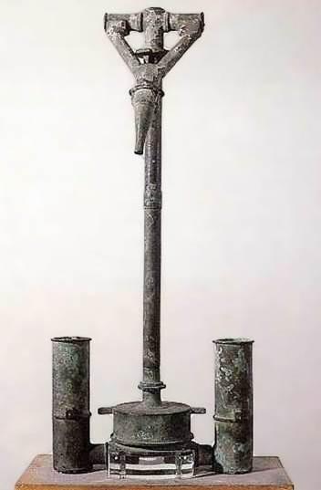 Cuadro de texto: 4.-Bomba de Ctsesibio procedente de las minas de Sotiel-Coronado en Calañas (Huelva).  Museo Arqueológico de Madrid.