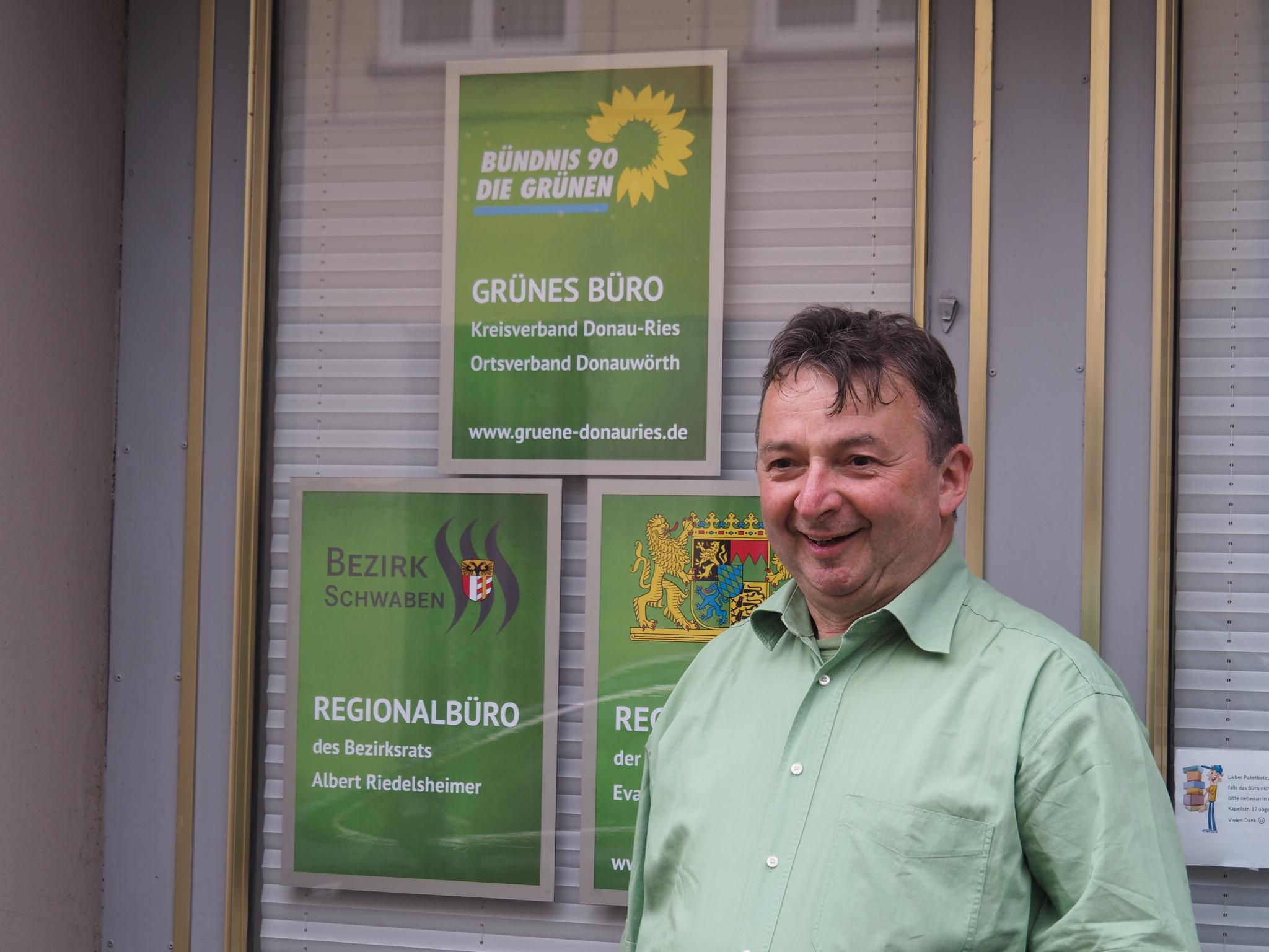 Albert Riedelsheimer vor dem Grünen-Büro in Donauwörth