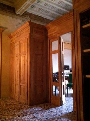 appartamento signorile parete biblioteca realizzata con porte di recupero