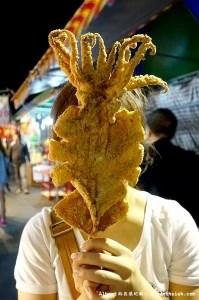 【夜市美食】御花園夜市.轟炸憤怒大魷魚(比臉還要巨大的酥炸魷魚)
