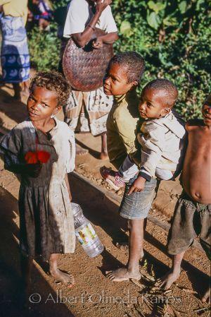 Niños en la estación.jpg