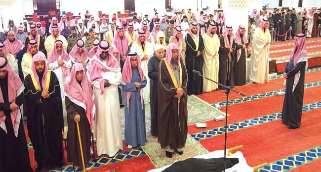 نائب أمير الرياض يؤدي الصلاة على الأميرة أضواء