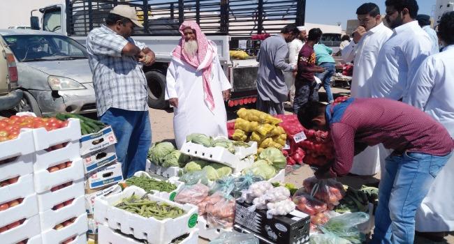 في سوق الجمعة بأملج متعة التسوق ببساطة الماضي