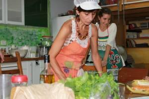 imagen de loli y simona en el taller cocinando concierto2
