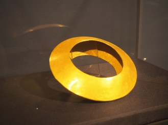 Discus shaped golden armring, Grave 4