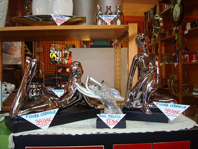 iguras: Mano tallada a 17,50€ y figuras de cerámica plata a 39,95€.