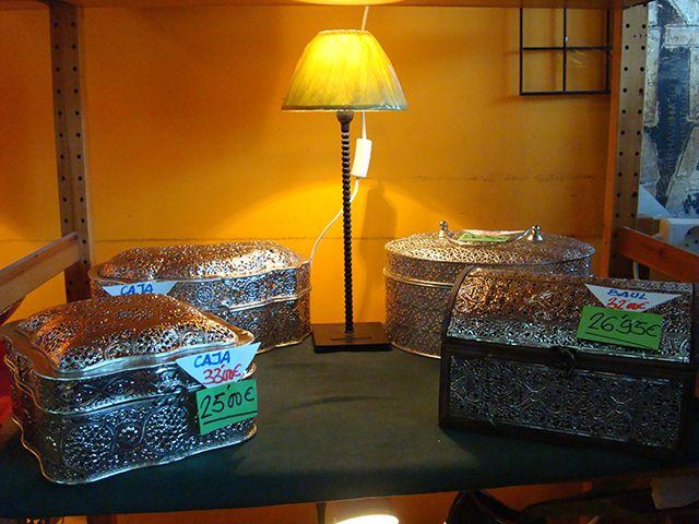 Caja metal fantasía a 25,00€ y Baúl metal fantasía a 26,95€.