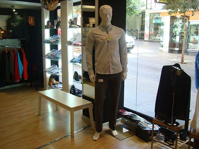 Para chico: Pantalón 15€ y camisa cuello Mao 15€.