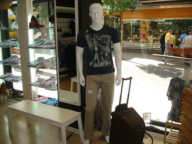 Para el, pantalones a 12€, camisetas a 10€ y bolso con ruedas a 15€.